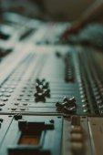 Fotografia primo piano sparato di equalizzatore grafico analogico a studio di registrazione