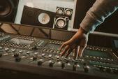 Fotografia ritagliata colpo di equalizzatore grafico di impostazione audio Produttore presso studio