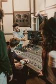 Fotografia banda musicale felice di trascorrere il tempo in studio di registrazione
