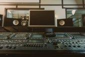 Fotografia vista di equalizzatore grafico al moderno studio di registrazione