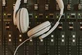 Fotografia vista superiore di cuffie su equalizzatore grafico presso studio di registrazione