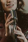 Fotografie Schuss von Sängerin Durchführung Song mit Vintage Mikrofon abgeschnitten