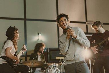 Genç mutlu müzisyenler şarkı performans