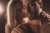 Nahé smyslná milenci objímání se zavřenýma očima