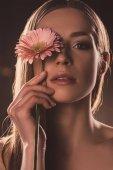 Fotografie krásná smyslná dívka drží květiny gerbera, hnědá