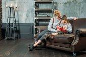 matka a dcera čtení knihy spolu na pohovce