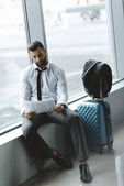 pohledný podnikatel čtenářský deník při čekání na letadlo v letištní hale