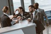 Skupina zlobí podnikatelé s argument s recepční letiště
