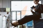 atraktivní mladý podnikatel čekání na letadlo v letištní hale