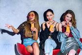 Fotografie glücklich stilvolle multiethnischen Mädchen sitzen auf Barhockern und tranken Cocktails auf party