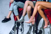 Fotografie geringen Teil der modische Mädchen sitzen auf Barhockern