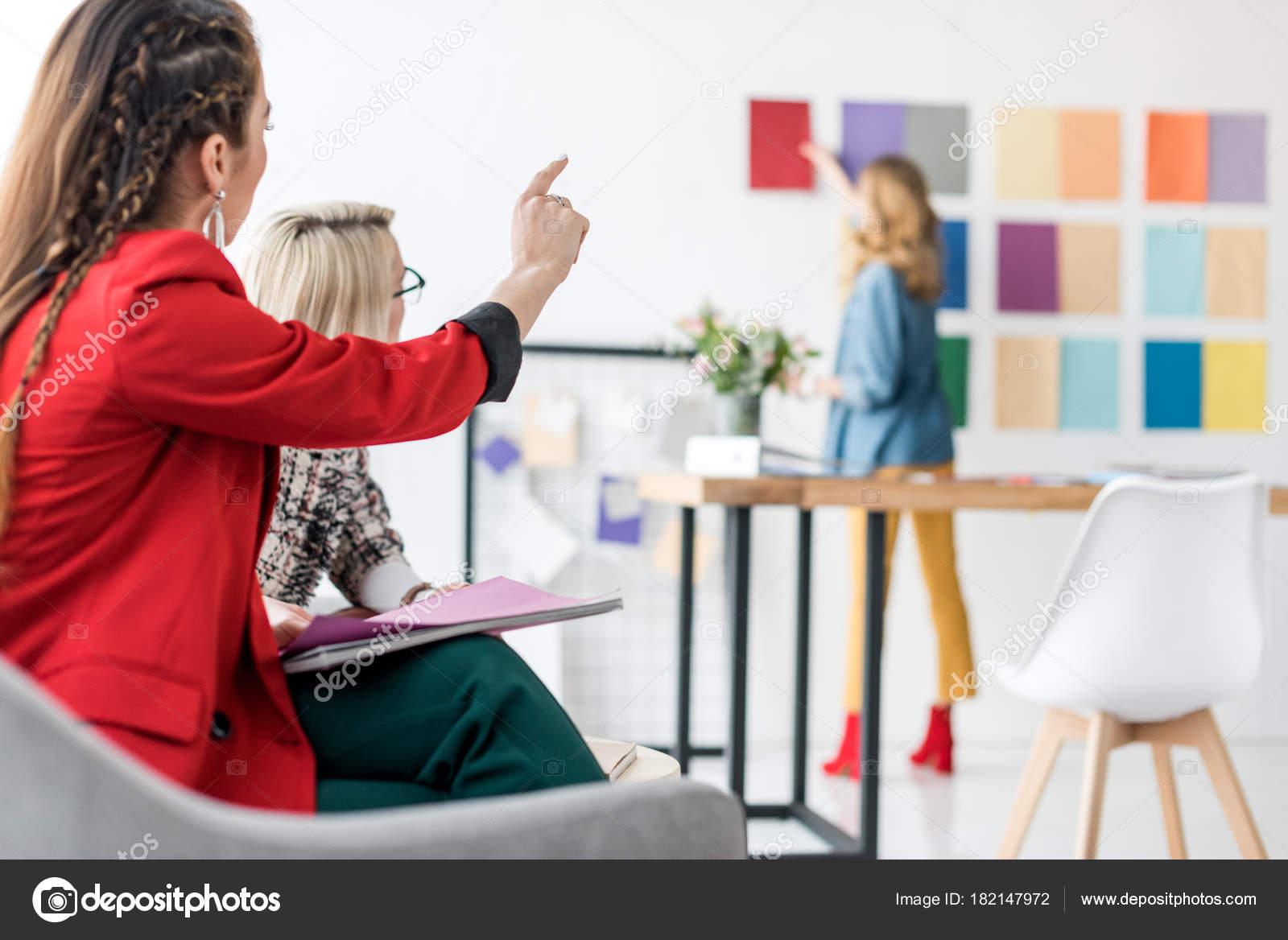 Rédacteur chef pointant palette couleurs bureau moderne