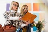 Fényképek divatos női magazin szerkesztői munka naplója