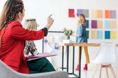Fotografie Časopisecký redaktor na paletu barev v moderní kanceláři