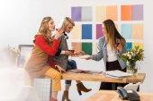 úspěšnou multikulturní redakce časopisu slaví se šampaňským v moderní kanceláři