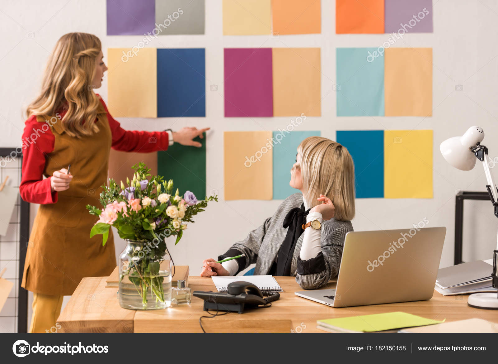 Colori Ufficio Moderno : Editori riviste alla moda lavorando con tavolozza colori ufficio