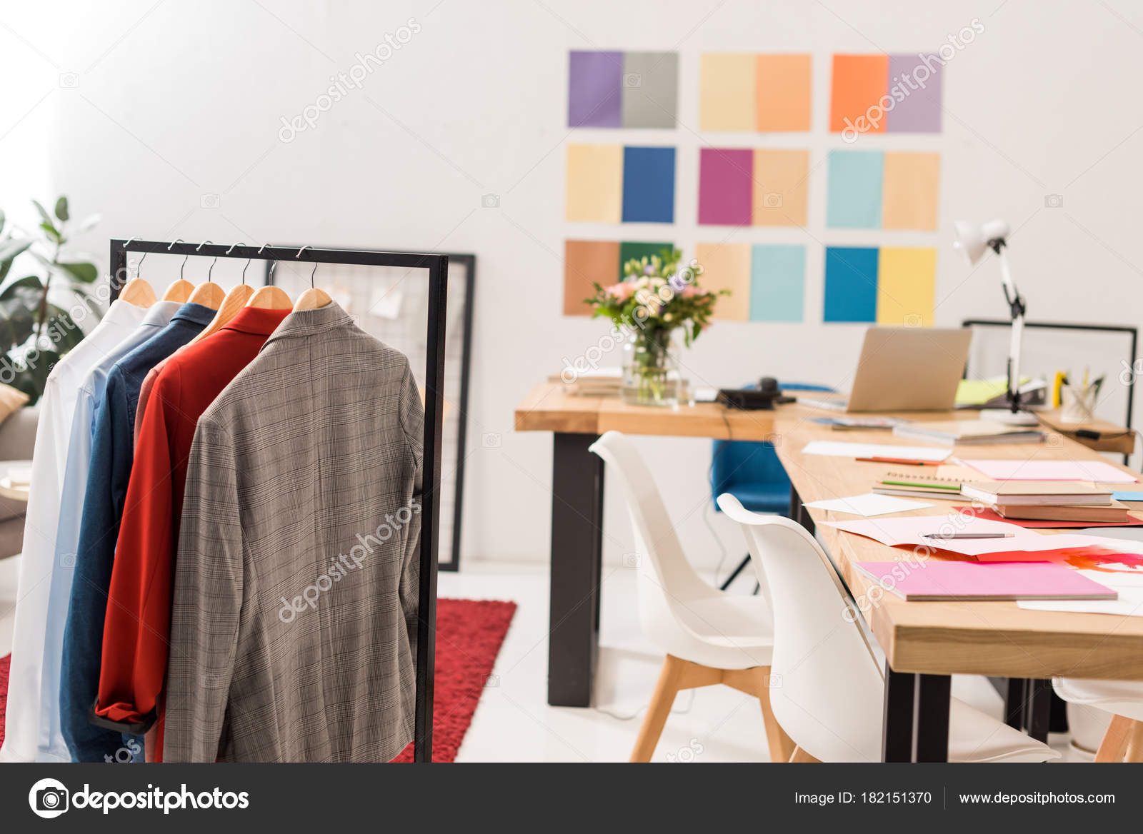 Colori Ufficio Moderno : Vestiti alla moda sui ganci documenti sulla tabella ufficio