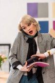 atraktivní podnikatelka mluví o telefonu v moderní kanceláři