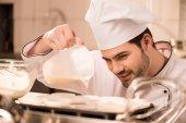 Porträt von Confiseur Teig in Formen in Küche Backen gießen