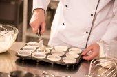 Oříznout záběr cukrář lití těsta do pečicí formy