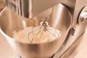 Fotografie zblízka pohled na kuchyňském robotu šlehačky