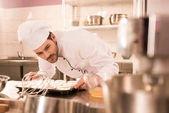 Überprüfung der Teig beim Backen Formen in Restaurantküche Konditor