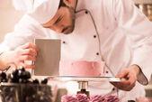 zaměřil cukrář takže sladký dort v kuchyni restaurace