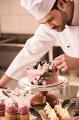 Arcképe díszíti a tortát a kitchen étterem cukrászda