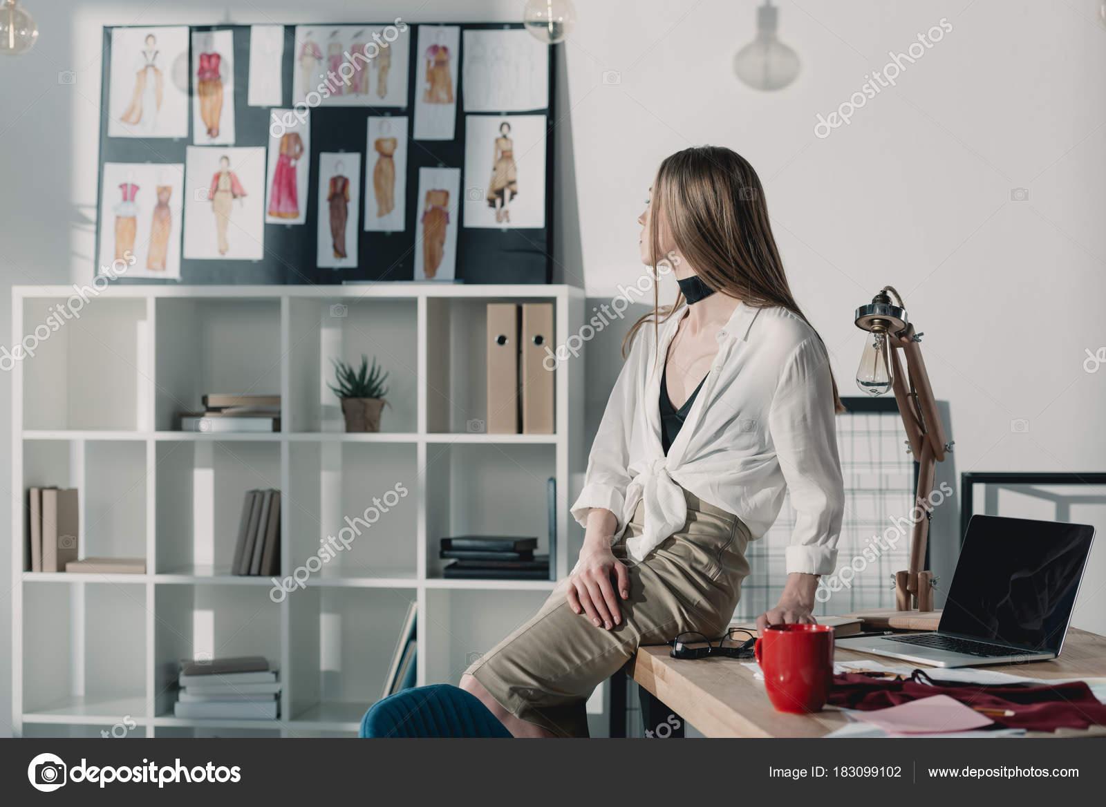Stilvolle Mode Designer Auf Tisch Büro Sitzen Und Mit Blick ...