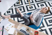 vysoký úhel pohledu atraktivní mladá podnikatelka relaxační křesla v kanceláři
