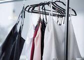 Fotografie Detailní záběr různých šatů, visící na stojanu