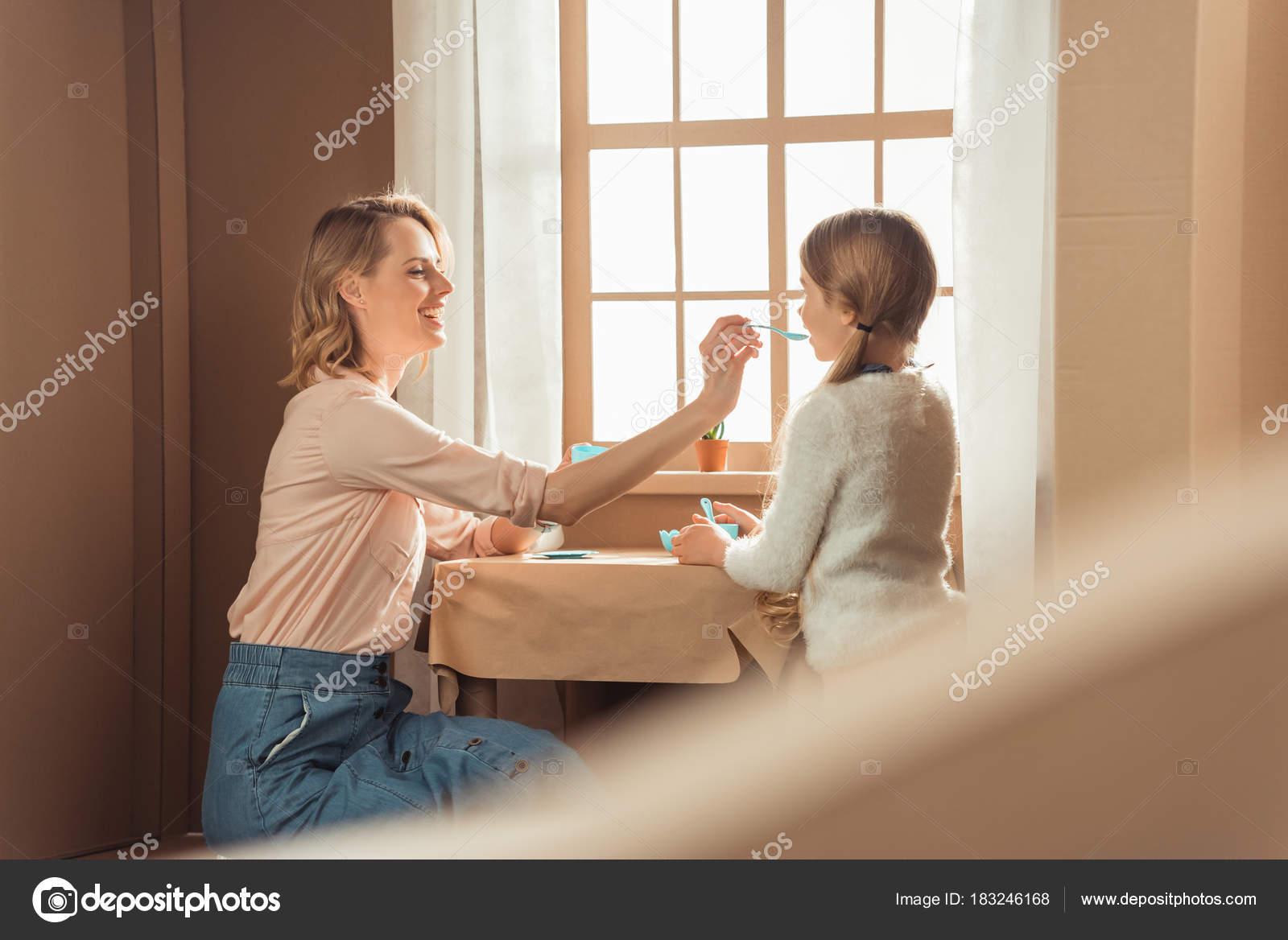 Mutter Und Tochter Mit Tee Party Karton Haus — Stockfoto ...