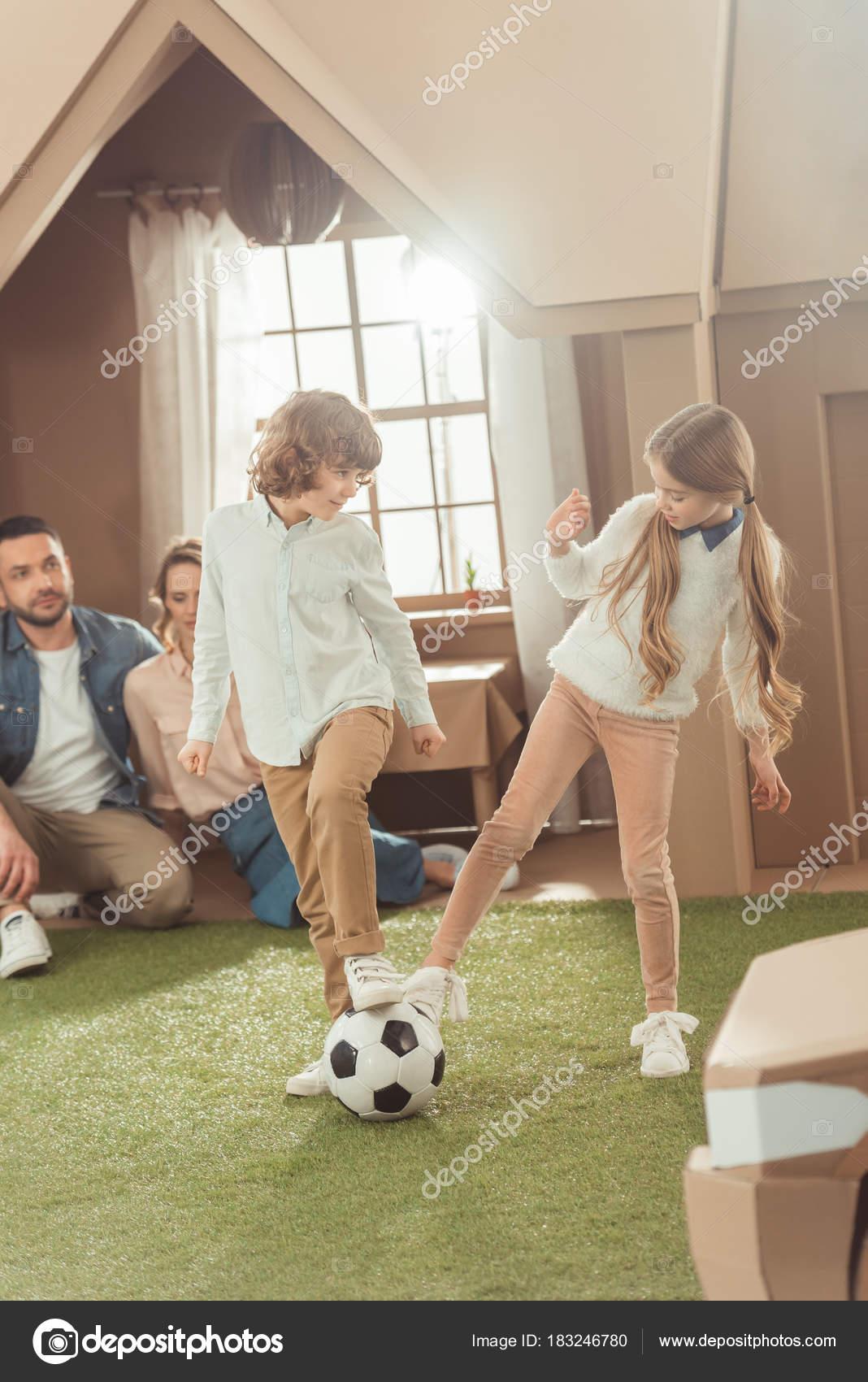 Грати Футбол Дворі Картонні Будинку Батьки Дивлячись Братів Сестер ... 0786ef856e867