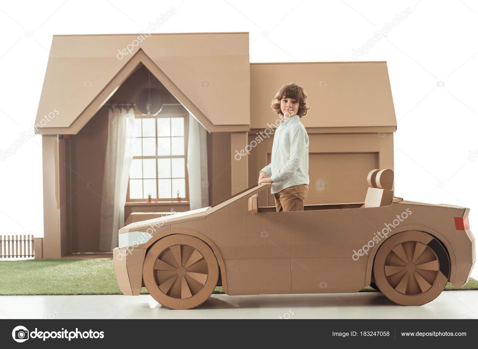 Criança Carro Papelão Frente Casa Papelão Isolado Branco