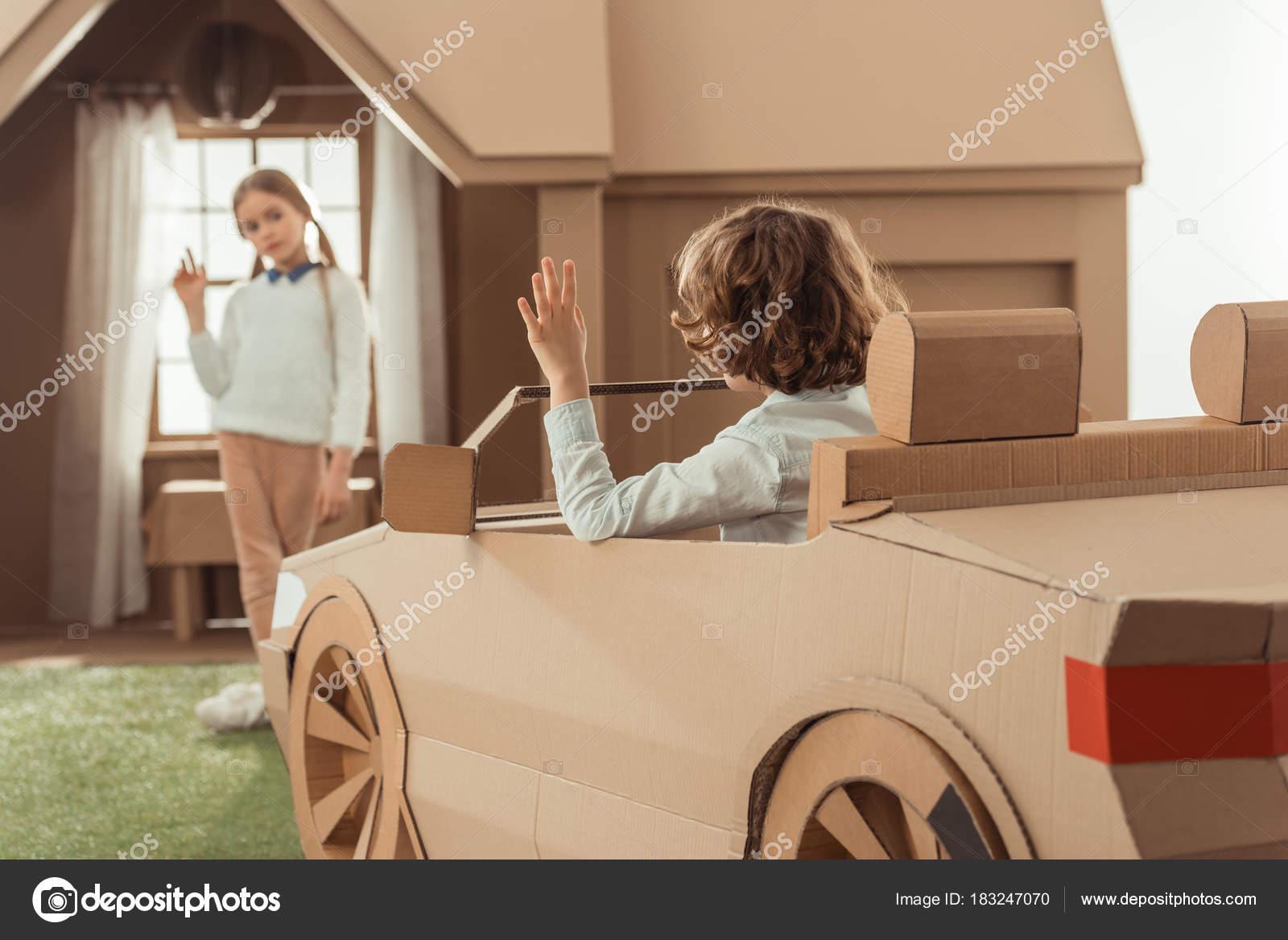 Garotinho Chegou Para Namorada Carro Papelão Stock Photo
