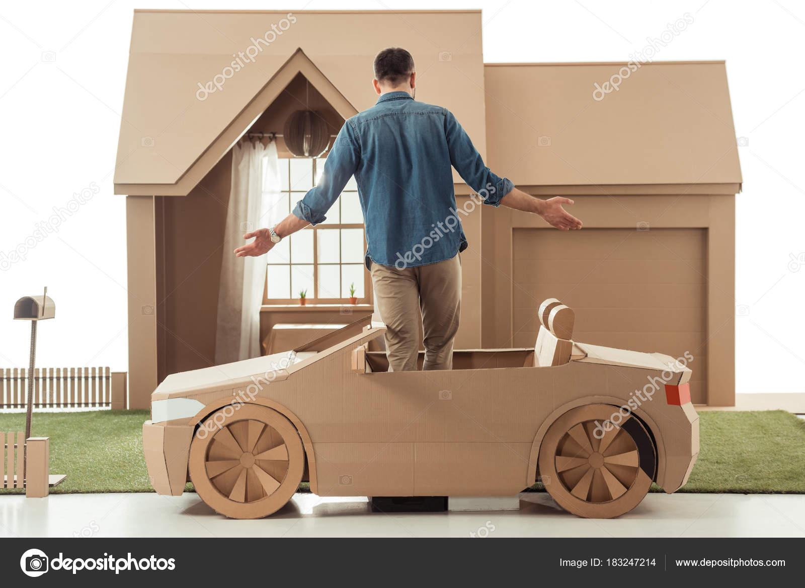 Vista Traseira Homem Carro Papelão Frente Papelão Casa Isolado