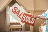 oříznuté zastřelil člověka drží prodej a prodal štíty před kartónové house