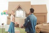 šťastný pár, stěhování do nového domu lepenky