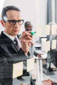szelektív összpontosít, üzletember, jegyzetelés hivatalban
