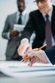 částečný pohled multikulturní podnikatelů na schůzce v kanceláři