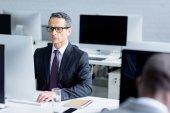 szelektív összpontosít, koncentrált üzletember a számítógépen az office szemüvegek