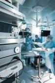 Fotografie čtyři lékaři v operačním sále v nemocnici
