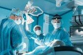Multikulturelle Chirurgen und Patienten während der Operation im Operationssaal