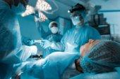 Patient liegt während der Operation auf Operationstisch
