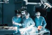 Multikulturelle Chirurgen und Patienten während der Operation