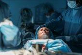 Patientin bei Operation im OP