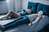 mladá žena leží v posteli s manekýn, perfektní vztah sen koncept