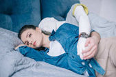zamyšlená žena ležela na posteli s manekýn, jedna cesta lásky koncept