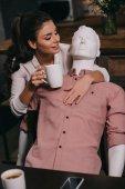 mladá žena s šálkem kávy pÛdû manekýn doma, perfektní vztah sen koncept