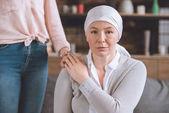 Fotografie oříznutý snímek ženy podporuje nemocné zralá matka v šátek při pohledu na fotoaparát